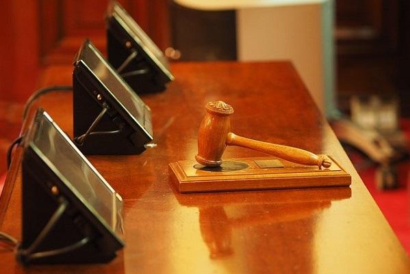 ¿Deben abrir los juzgados en agosto?
