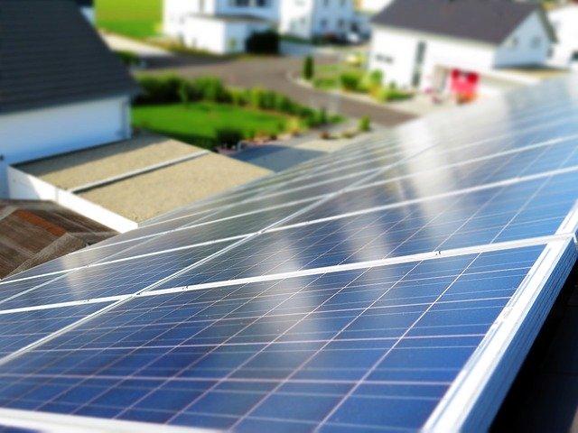 retribución de las energias renovables panel solar en el tejado de una zada